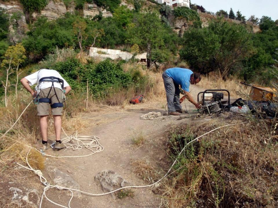 Preparando para instalar la primera via ferrata del Tajo de Ronda